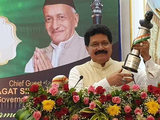Dr  Abdul Rahman Vanoo Of Swachh Bharat Abhiyan Maharashtra Convener was honored with the Bharat Ratna Dr Ambedkar Award by the Governor of Maharashtra Shri Bhagat Singh Koshiyari.